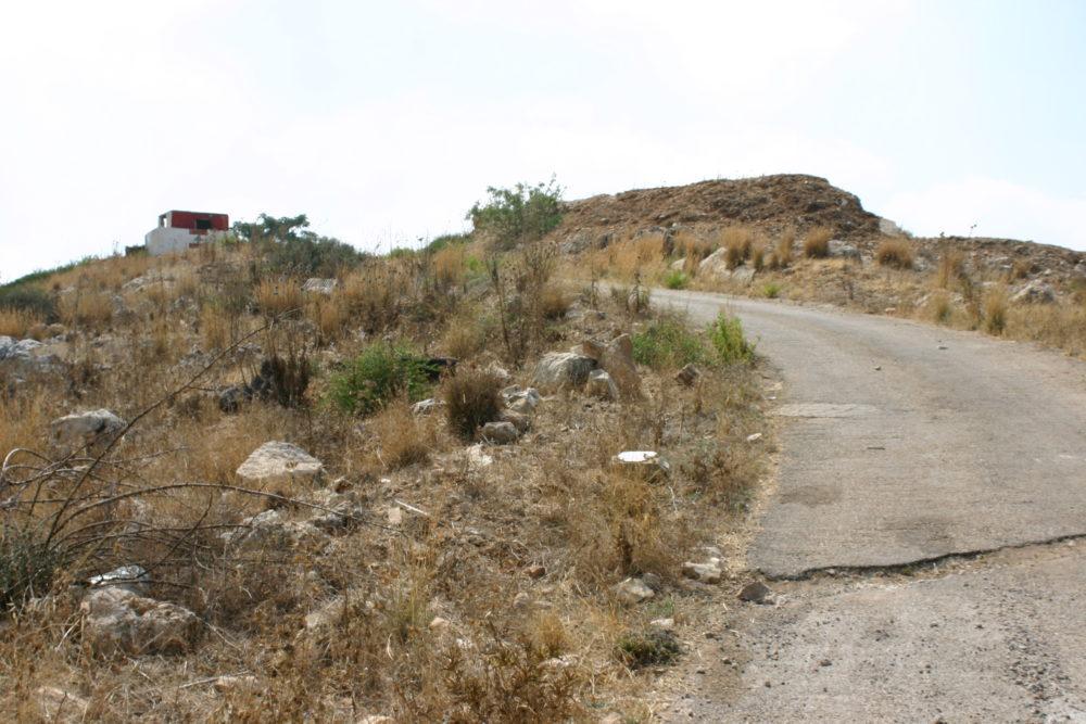 """""""Oprijlaan"""" naar de post, In onze tijd geen asfalt maar rotsblokken en steil, omhoog in Lage Gearing met 4 wielen aangedreven stapvoets."""